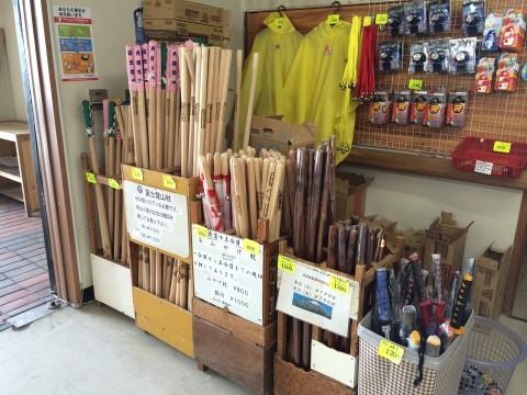 おなじみの杖と、なぜか木刀