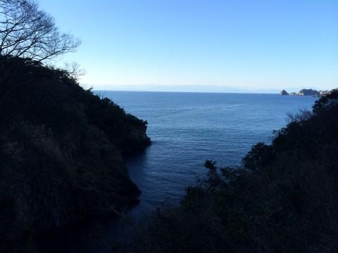 海沿いの崖に作られた歩道を進む